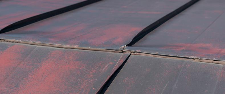 スレート屋根のヒビ、ズレ、棟金物の緩みやサビは放置すると雨漏りの原因に